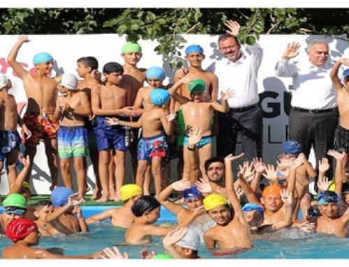 Bakan Kasapoğlundan Yüzme ögrenen gençlere ziyaret